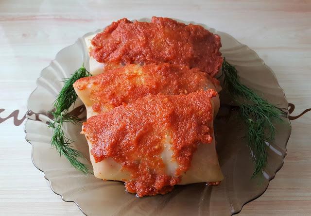 Gołąbki z piekarnika w sosie pomidorowym.