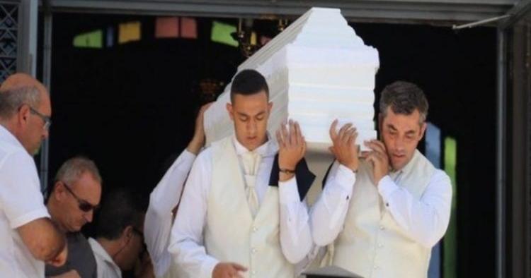 Σπαραγμός και οδύνη στην κηδεία του 11χρονου Αλέξανδρου: Τραγικές φιγούρες οι γονείς του και ο δίδυμος αδελφός του!