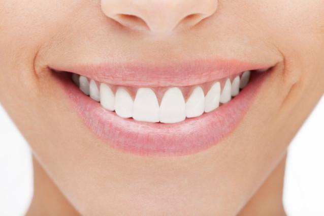 أطباء ينصحون بالإقلال من تنظيف الأسنان!