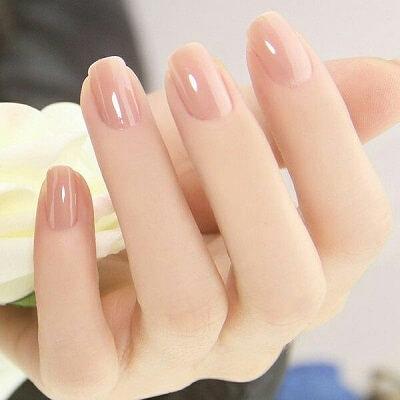 Maquillaje de uñas en tonos claros