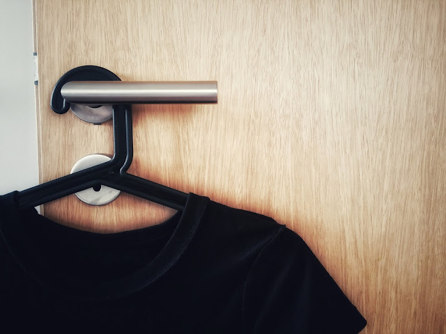 https://simplenewblack.blogspot.com/2017/11/un-dressing-minimaliste.html