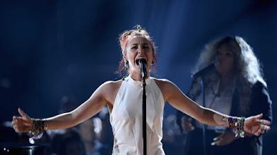 Cantora cristã, Lauren Daigle brilha em performance na Billboard Awards