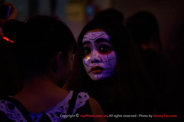Một cô gái cá tính và biểu cảm trong lễ hội Halloween đường phố