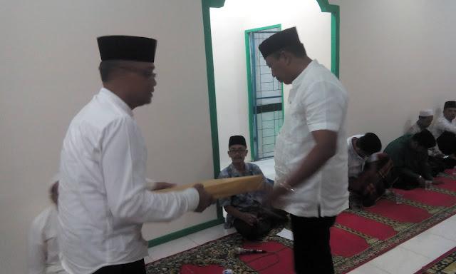 Pemberian bantuan jam dindin kepada ketua BKM Masjid.