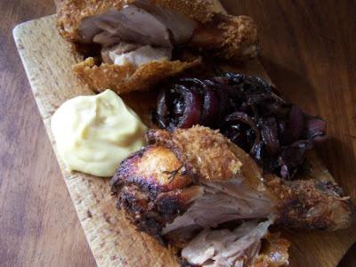 Pollo fritto, cipolle al balsamico e maionese di tuorlo sodo