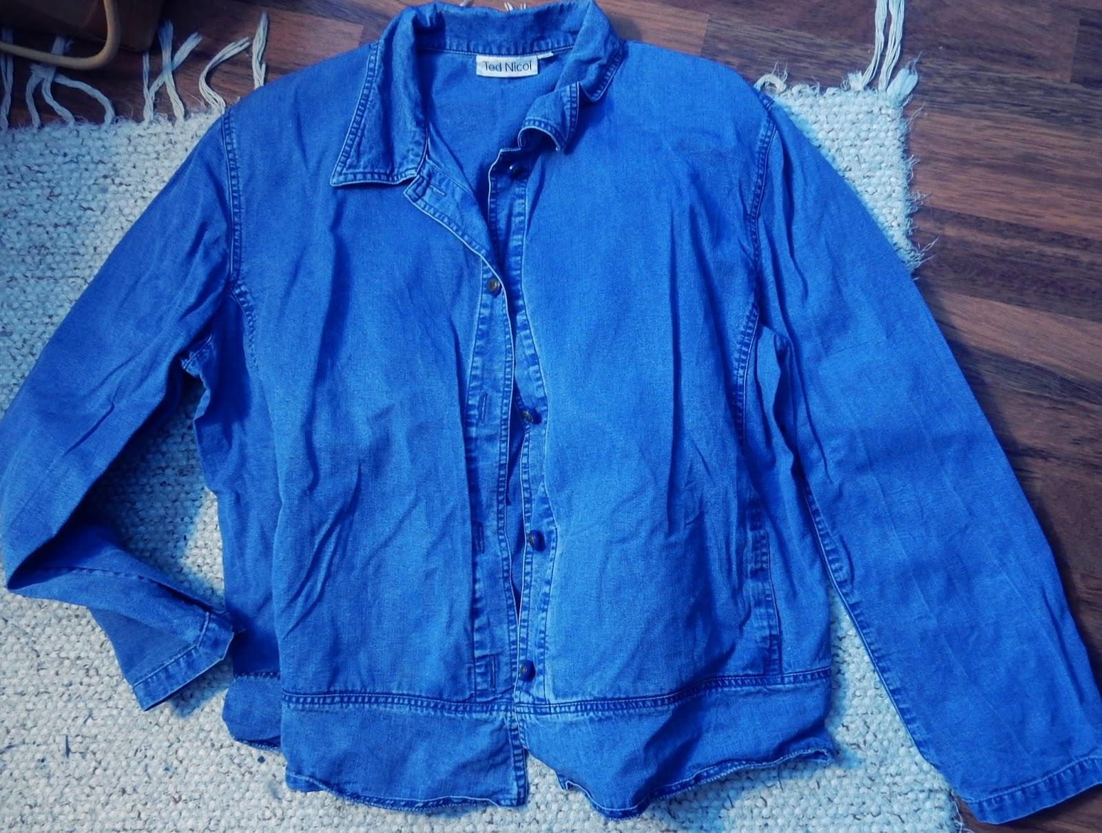 Leikkasin takista kiilat paidan helmaan ja ompelin osat kiinni. Kaikki  koristeet kuten pitsit löysin jälleen pöydältä. Tulee hyvin pöytä siistiksi  ... 0ee9b1a48e