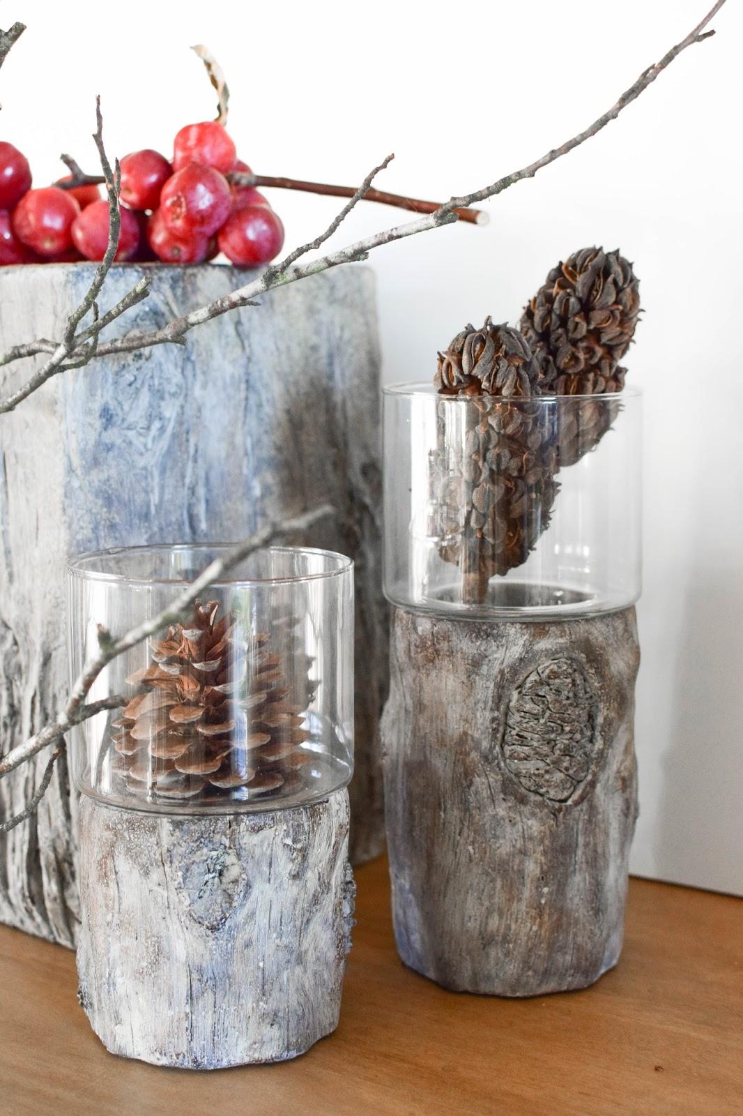Deko mit Natur, Zapfen, Zieräpfeln und tollen Windlichtern von Homefinity aus der Serie Bark, Dekoration Sideboard Herbst Winter Deko