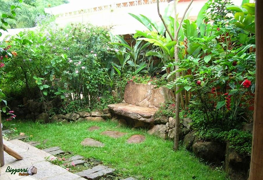 Execução de caminhos em pedra com muros de pedra e com os bancos de pedra e a execução do paisagismo.