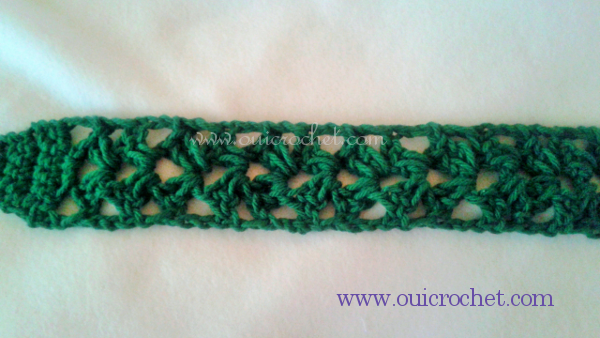This stylish crochet tie headband, made using the split shell crochet stitch, is perfect for long hair and short hairstyles. #OuiCrochet
