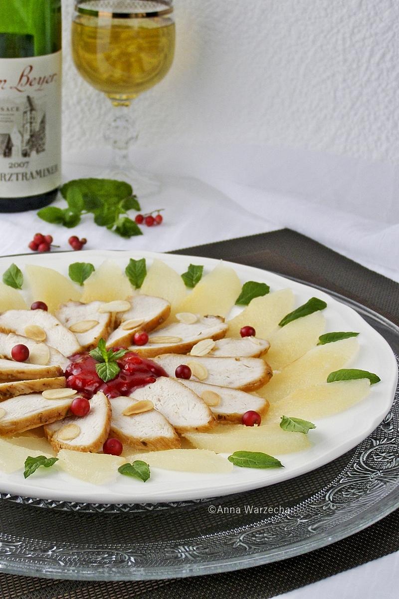 Karmelizowana pierś z kurczaka na gruszkowym carpaccio z borówkami