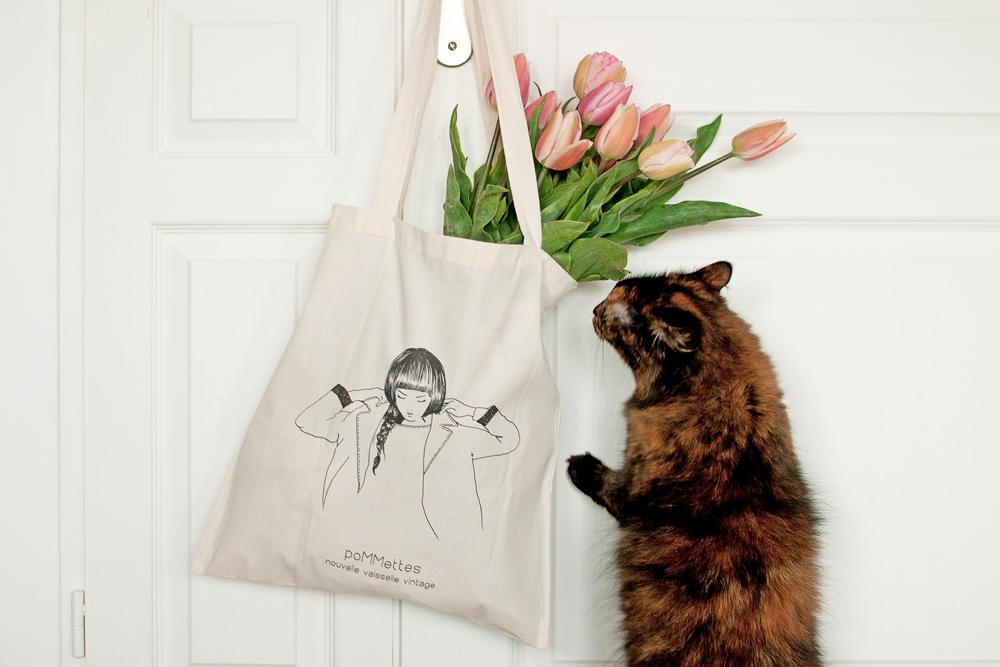 Pixelle mon chat regarde les tulipes qui sont dans un tote bag signé Pommettes
