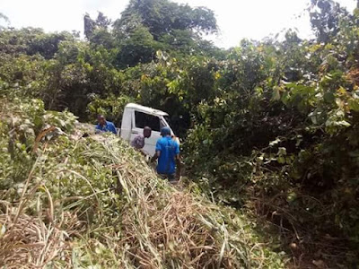 Photos: Police officers allegedly abandon unconscious truck driver after he crashed into bush along Ibusa Road, Delta State
