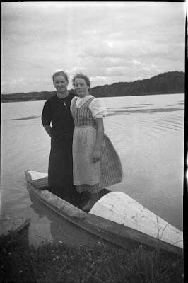 Zwei Frauen mit einem Falt-Boot/Kajak am Inn - Gars am Inn - 1930-1950