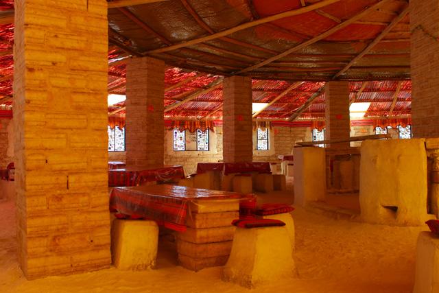Interior del primer hostal de sal, en Uyuni
