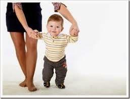foto bayi lucu belajar jalan