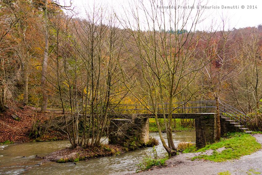 ponte sobre riacho do castelo de burg-eltz