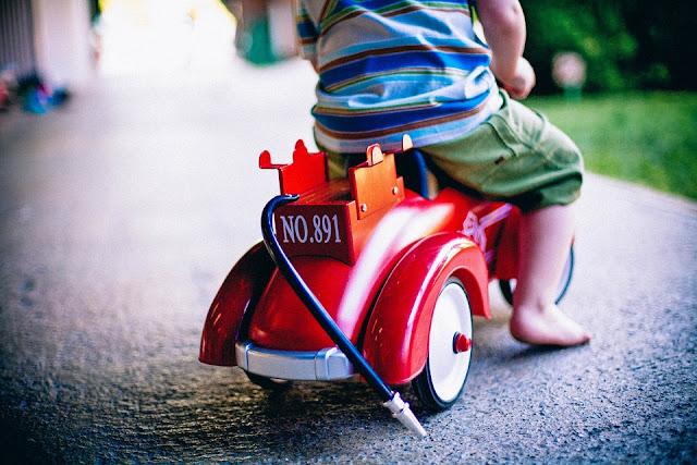 czerwony rowerek, dziecko, plac zabaw, nauka jazdy, zabawki
