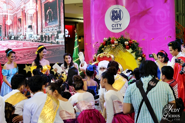 Kids happy to see Santa Clause at SM City Masinag