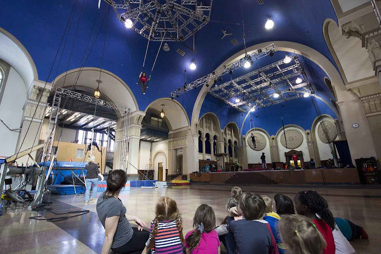 A igreja do Espírito Santo em Limoilou, Canadá, agora serve de sede permanente da Escola do Cirque de Québec.