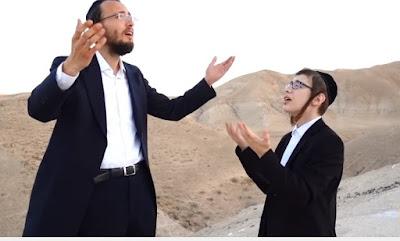 """Yoeli Steinberg junto a Ari Reich interpretando la canción """"E Israel acampó allí frente a la montaña""""."""