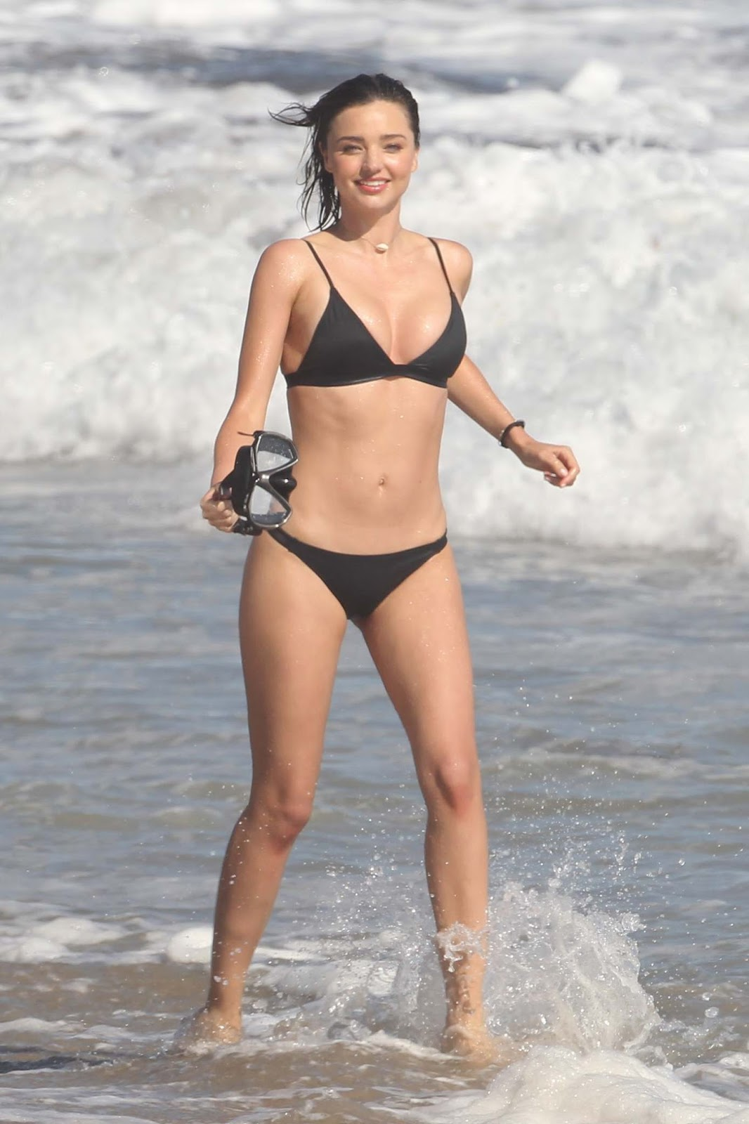 Miranda Kerr flaunts bikini body on Malibu beach