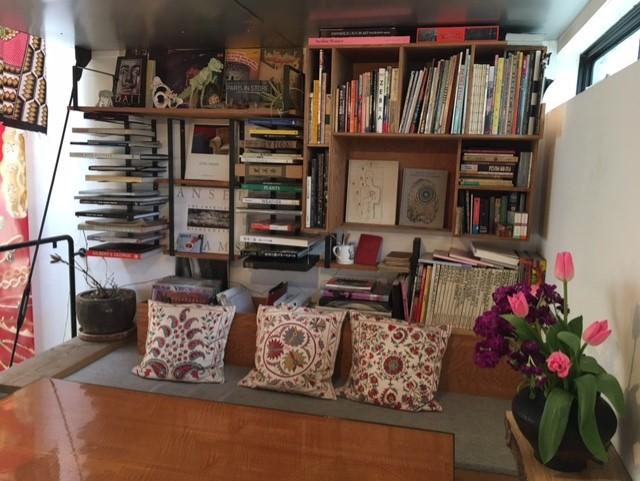 表参道SHOP中二階の本棚