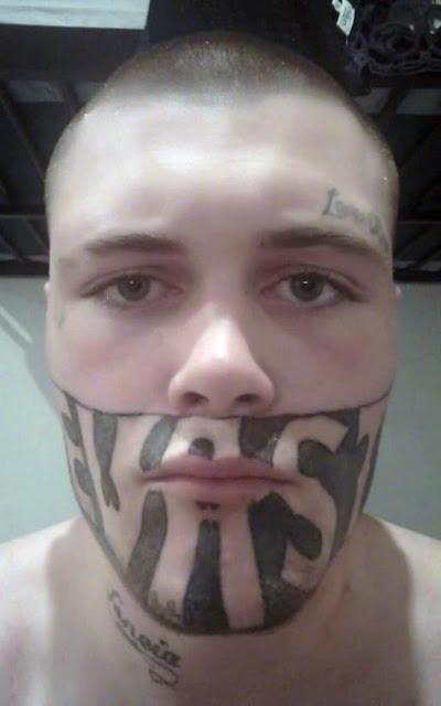 Hombre con tatuaje en cara se queja de que no le dan trabajo