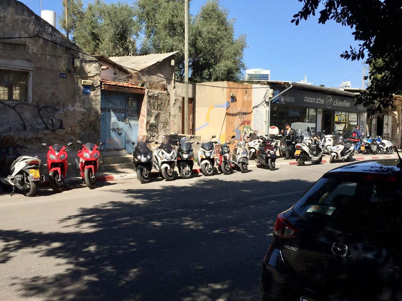 Zaparkované skútry na ulici v Tel Avivu