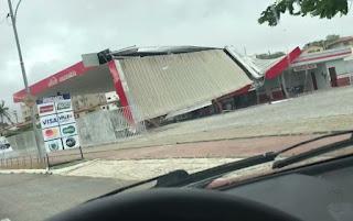 Forte chuva com ventania danifica estruturas e derruba árvores em Campina Grande