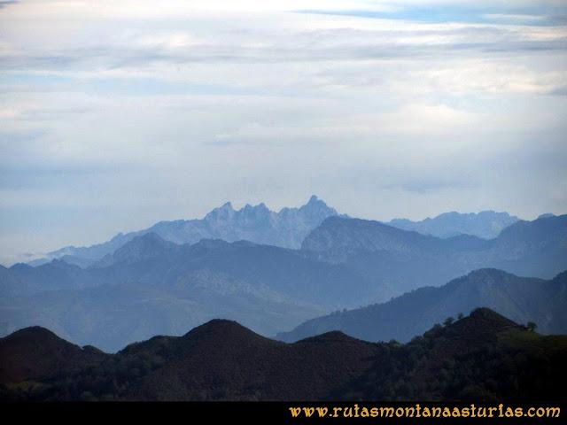 Ruta al San Justo o Cogollu: Vista de Picos de Europa desde el pico San Justo