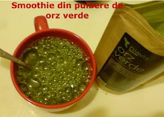 Imaginea pulberii de orz verde cu apa minerala, smoothie gata de consum !