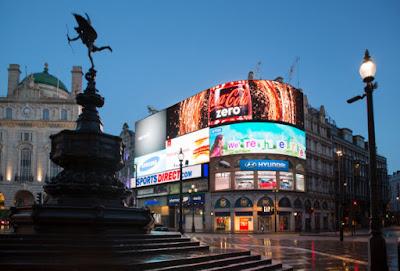 ميدان بيكاديللي في لندن