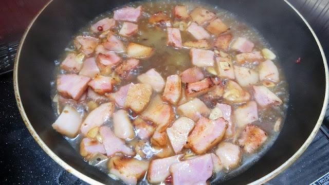 スパゲティのゆで汁を加え、乳化したらコンソメとしょうゆを加える