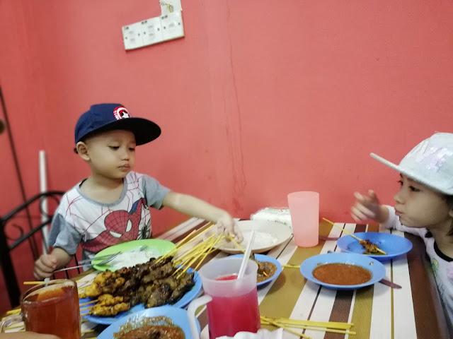 DINNER MAKAN SATAY SEDAP DI KG MELAYU SUBANG - Sehari sebelum kami fly ke Bandung Indonesia, mummy awal-awal lagi sesiap informed mak. Supaya tak payah masak dinner kitorang. Plan nak makan satay kat luar je. Mak mummy tu (Tok Mak bebudak ni) sejenis tak suka makan luar. Suka masakan sendiri. Kalau korang perasan, tiap kali makan luar bersama-sama. Kedai SATAY KG MELAYU SUBANG (depan Public Bank Kg Melayu Subang) ini je lah jadi pilihan kami. Kalau kami memilih kedai lain, tok mak budak-budak ini tak akan makan punya.  DINNER MAKAN SATAY SEDAP DI KG MELAYU SUBANG  So ...sapa cakap kami sejenis pentingkan diri, makan sedap-sedap tak ajak mak. Meh aku CILI mulut puaka tu sket ! Please lah korang, kalau boleh janganlah jaga tepi kain orang sangat ye ! Lelagi yang tak tahu luar dalam keluarga orang lain. InsyaAllah kami mampu nak jaga mak bapa kami ! Kenapa DINNER MAKAN SATAY SEDAP DI KG MELAYU SUBANG je tiap kali bawa mak, okay seperti yang tadi mummy cakap kat atas. Mak tu sejenis penggeli ! Geli nak makan air tangan sesapa masak.     kami memang duduk asing-asing..sebab tak nak, anak-anak kami ganggu masa makan tok dan tok mak depa  DINNER MAKAN SATAY SEDAP DI KG MELAYU SUBANG ini memang mak tak pernah tolak lah, sebab kedai kawan dia punya. Asalnya berpuluh-tahun dulu. Depa sekeluarga ni jiran mak.  Mak dah tahu, rumah depa, jenis bisnes satay keturnan mak depa sampai ke adik beradik depa. Memang jenis pembersih dan di yakini.  Tapi satay depa memang sedap. Daging lembu dia tu, daging fresh. Bukan daging frozen atau import. Memang 9mlm datang. Sorry ! habis ye..bye-bye.   Haaaa...gitu sekali ko !    Petang Khamis, balik kerja terus buat kira-kira duit masukkan dalam sampul sesiap. Lepas tu, mummy anta kereta pi cuci.   Banyaknya kerja sebelum pi Bandung haha.     Daddy pun siapkan ntah apa kira-kiranya, check checklists, sebelum keluar dari rumah mak. Balik dari makan satay, nak balik Kajang.  Esok pagi terus ke KLIA dan fly ke Bandung.   Fuh, travel sebelum travel 