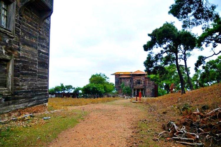 Alman generalin evi Büyükada'nın tepe noktasına, bir hayli tenha bir bölgeye inşa edilmiştir.