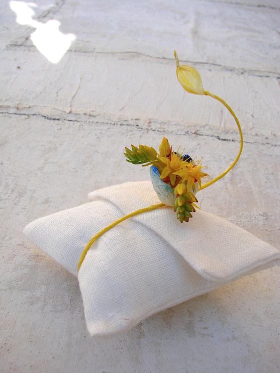 segnaposto con fiori di carta per matrimonio ecologico in stile acquerello