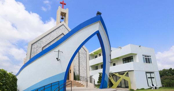 台中龍井|磐頂教會|外觀像一艘藍白方舟的教會|免費參觀拍照