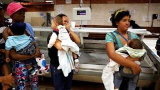 El gremio de comerciantes de Venezuela Consejo Nacional del Consejo y los Servicios de Venezuela (Consecomercio) aseguró este miércoles que al menos unos 300 locales están cerrando sus puertas a diario en el país caribeño debido a la falta de inventario, materia prima y producción nacional.