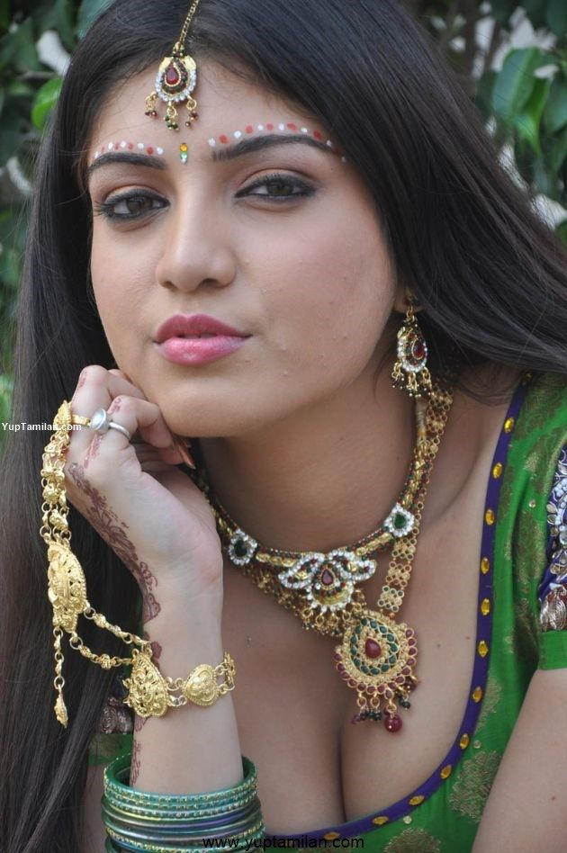 Papri Ghosh aka Priya Darshini Sexy Navel & Cleavage Photos