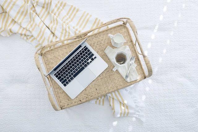 penulis menggunakan laptop
