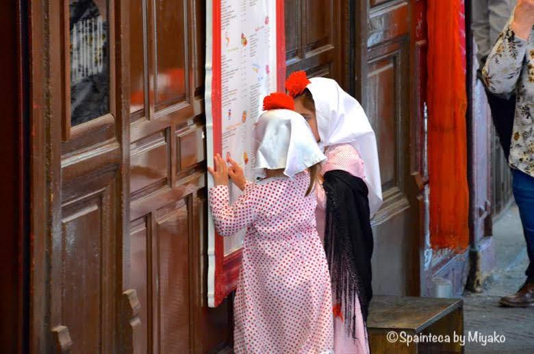Fiestas de San Isidro en Madrid マドリード伝統衣装をきた少女たち