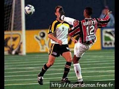 Gambar Lucu Sepak Bola salah tendang