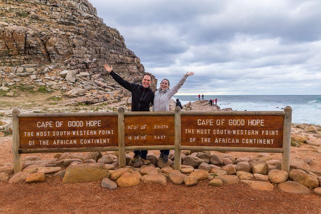 Salundando desde el cartel del Cabo de Buena Esperanza, Península del Cabo, Sudáfrica