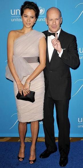 Foto de Bruce Willis y Emma Heming posando para las cámaras