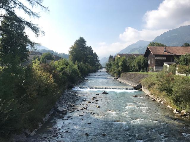 スイス・フルーティゲンの駅前の川