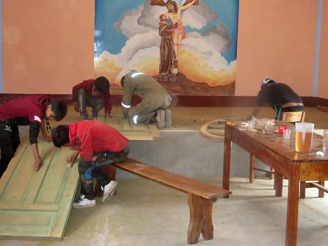 Die Kapellentüre von Casa Grande wird in Esmoraca hergerichtet und dann eingesetzt. Wir versuchen wirtschaftlich zu arbeiten was auch gelingt.