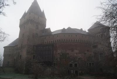 Das Schloss Hülchrath liegt im Nebeldunst.
