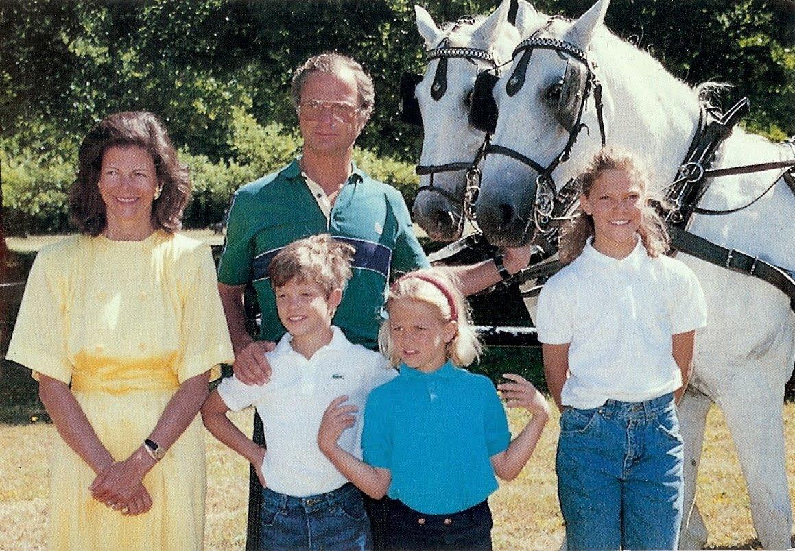 d8624d7b96e5 Kung Carl XVI Gustav, drottning Silvia, prins Carl Philip, prinsessan  Madeleine och prinsessan Victoria kanske i slutet av 1980-talet.