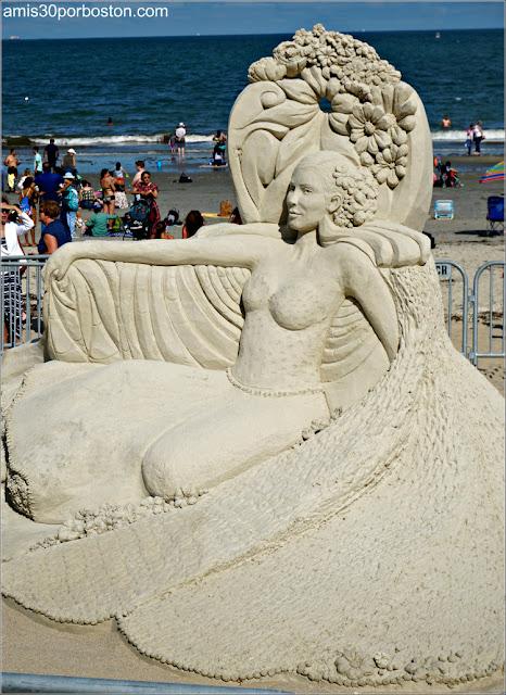 """Escultura de Arena """"Goddess Rising"""" de Remy Hoggard"""