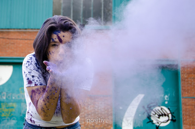 sesión de quince años con polvos Holi en Rosario con fondo de graffitis